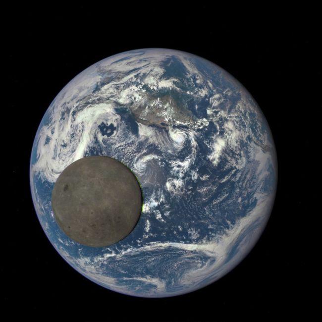 Луна на фоне Земли, фото сделано с корабля DSCOVR с расстояния 1,5 миллиона километров.