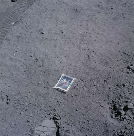 Семейное фото на Луне